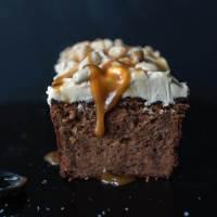 süßkartoffelkuchen mit dunkler schokolade, erdnussbutter und salzkaramellfrosting
