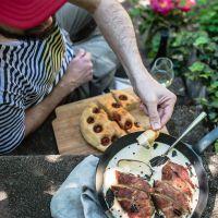 gartenstäffele pan party! maispoularden saltimbocca mit frittiertem salbei und dinkel focaccia mit rispentomaten
