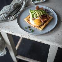 herzhafte parmesanwaffeln - getoppt mit spiegelei, parmaschinkenchips und avocado