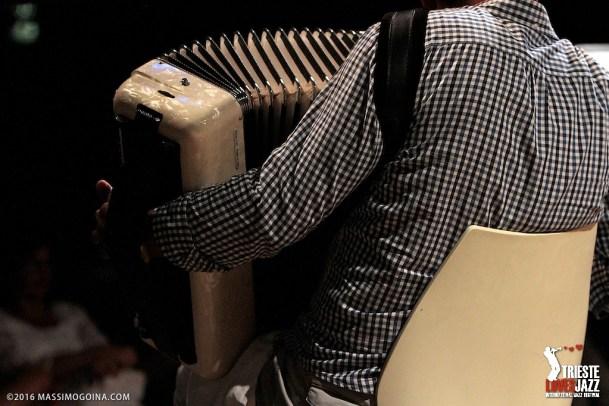 TRIESTELOVESJAZZ 2016 07 11 - GADJOROM QUARTET - Ionel Fedescu: fisarmonica; Paolo Bernetti: trumpet; Riccardo Morpurgo: piano; Alessandro Turchet: bass Il Gadjorom Quartet attinge alle più antiche tradizioni musicali rumene e dell'Europa dell'Est per coniugarle con grande forza espressiva alle sonorità, all'armonia e alle ritmiche del jazz. PH MASSIMOGOINA.COM
