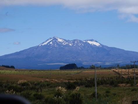 Mount Ruapehu. Det er den største vulkan på New Zealand og det højeste punkt på Nordøen med sine 2.797 meter.