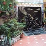 Sự kết hợp giữa mảng tường xanh, tiểu cảnh và các chậu cây, giỏ hoa, mang lại sức sống sinh động cho không gian nhà bạn.