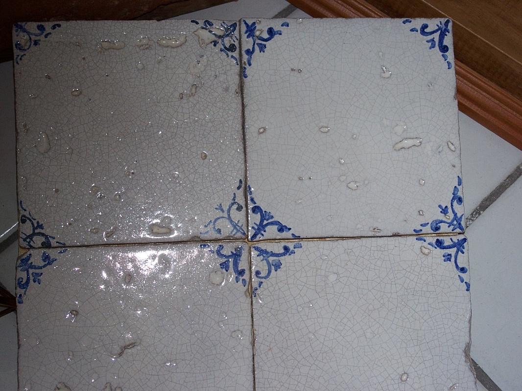 Piastrelle bianche quadrate cucina un attico luminoso su due