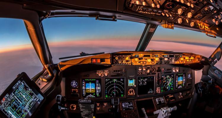cockpit avion de ligne bouton manoeuvre boeing 737