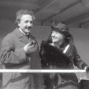 Эйнштейн с трубкой. Справа — его жена Эльза («Википедия»)