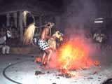 男が火の上を渡り歩く、蹴散らす!