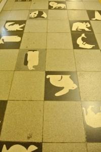 円山公園駅の地下道の床がなにげにかわゆい