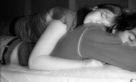 Dormir boca abajo: la postura menos recomendable