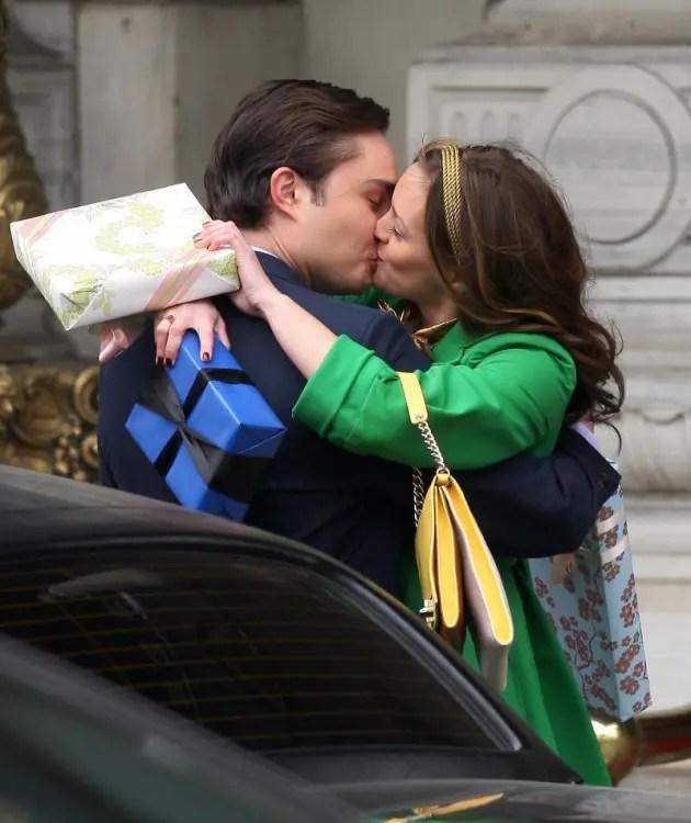 Xoxo Gossip Girl Wallpaper Chuck And Blair Kissing Tv Fanatic