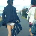 【パンチラ画像】スカート抑える暇もなく風にスカートめくられちゃった素人達ww