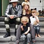 Familjen pustar ut efter tvillingarnas 5-årskalas med djungeltema.
