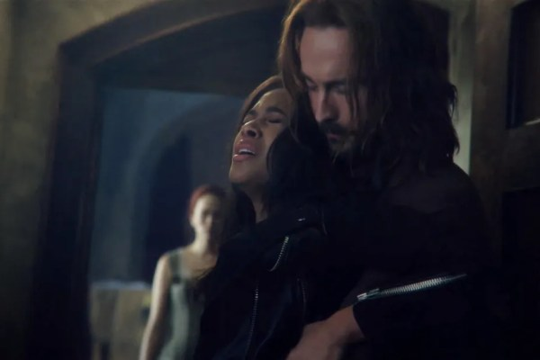 Ichabod holds Abbie on Sleepy Hollow