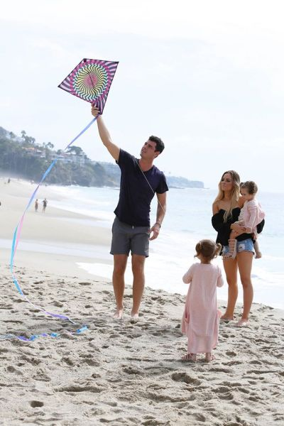 Ben Higgins and Amanda's kids play on the beach on The Bachelor