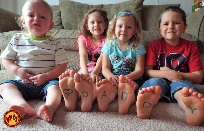 Stroller Mom Reviews Kids With I Love Daddy Written On Their Feet Twiniversity