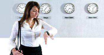 kobieta patrzaca na zegarek