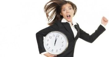 kobieta biegnaca z zegarem