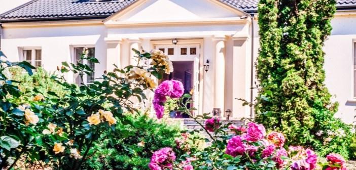 Różana Rezydencja – śmiech z serca w ogrodzie ciszy.