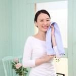 汗を拭く女性の写真