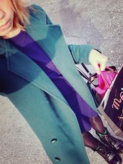 3緑のテーラードジャケット×紫ニットワンピ×タイツ