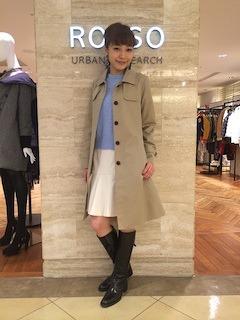 10ステンカラーコート×ラベンダー色のニット×白スカート