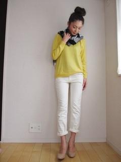 10白パンツ×黄色Tシャツ×ストール