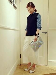 2黒ニットベスト×ダンガリーシャツ×白ロングスカート