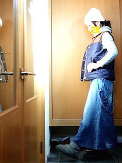 3ネイビーダウンベスト×白パーカー×デニムロングスカート