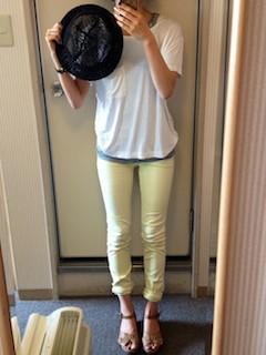 3黄色パンツ×白Tシャツ×黒ハット