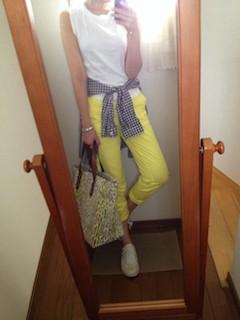 4黄色パンツ×白ノースリーブ×チェックシャツ