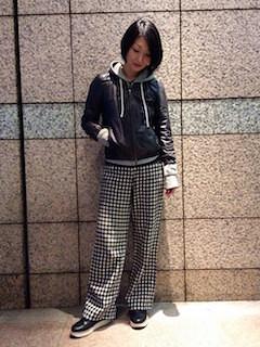 6黒レザージャケット×グレーパーカー×チェック柄ワイドパンツ