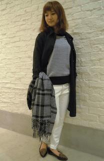 8黒のステンカラーコート×白パンツ×ボーダー柄ニット