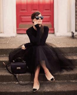1黒チュールスカート×長袖トップス×ベージュパンプス