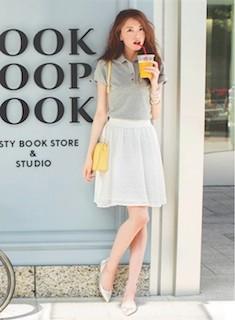 5白フレアスカート×グレーのポロシャツ×黄色ショルダーバッグ