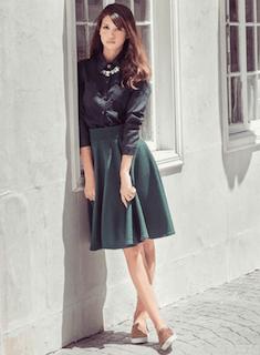 7緑フレアスカート×黒ブラウス×ベージュシューズ