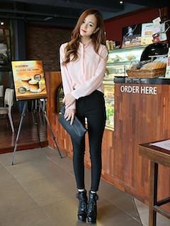 8ピンクシャツ×黒レギンス×黒ショートブーツ