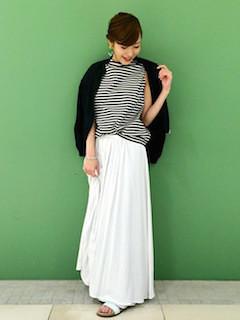 4白マキシ丈スカート×黒カーディガン