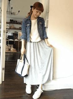 7白スニーカー×グレーマキシ丈スカート