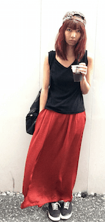 7赤マキシ丈スカート×黒ノースリブ