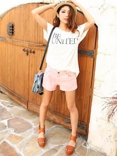 8ピンクショートパンツ×白プリントTシャツ