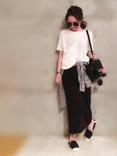 7黒のスリッポン×黒のマキシスカート×白Tシャツ