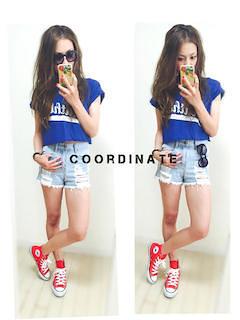 1青Tシャツ×デニムショートパンツ