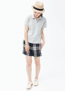 2グレーのポロシャツ×チェックショートパンツ×白シューズ