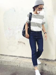 グレーのニット帽×ストライプのTシャツ×ジーンズ