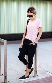 8ピンクTシャツ×黒ユルパン