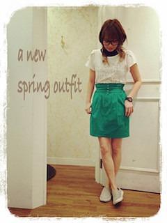 6グレーのスリッポン×白トップス×緑タイトスカート