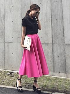 2黒のポロシャツ×ロングスカート×ウエッヂソールサンダル