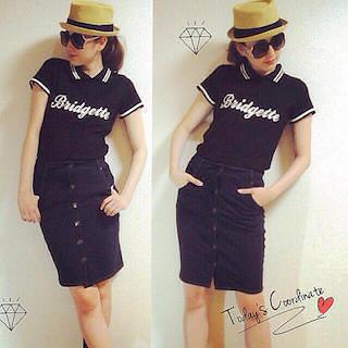 8黒のポロシャツ×デニムタイトスカート×麦わら帽子