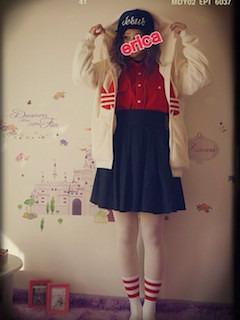 2赤シャツ×ブランドパーカー×黒ミニスカート