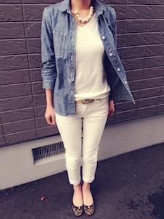 5デニムシャツ×白ニットセーター×白ジーンズ