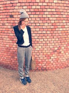 8黒のテーラードジャケット×ゆるパン×ニット帽子